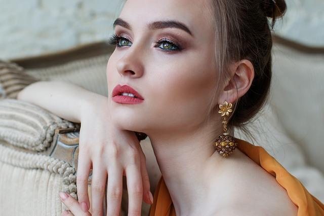 https://pixabay.com/es/chica-maquillaje-hermosa-ojos-pelo-2366438/